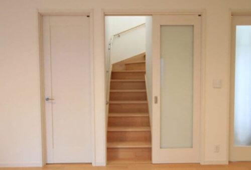 リビング階段に引き戸